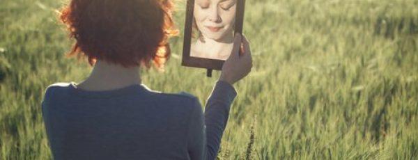 mujer-espejo-campo-500x334